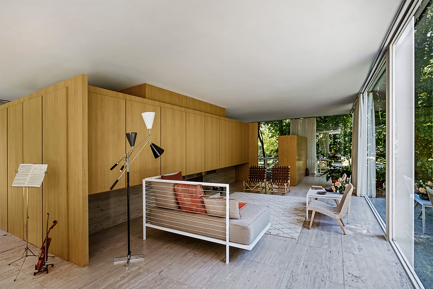 Mies's iconic Farnsworth House goes back to its original interiors for new show - The Spaces